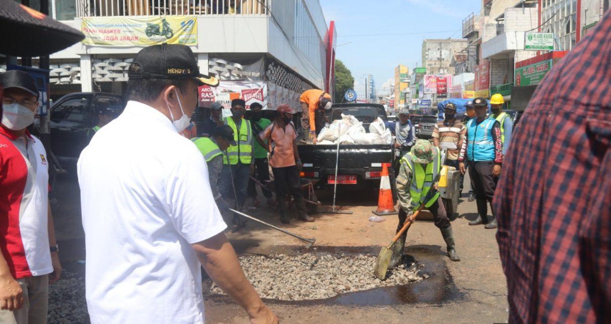 Bupati Jember Hendy Siswanto mengungkapkan telah memberikan perintah agar setiap hari melakukan penambalan jalan yang rusak.